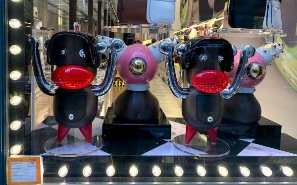 普拉达橱窗中展示着带有种族歧视的饰品(美国《华盛顿邮报》网站)